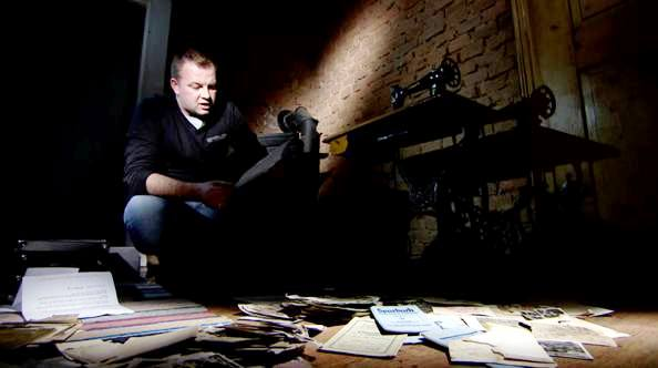 lukasz Kazek ze swoim archiwum