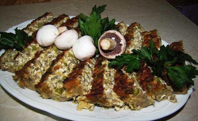 I miejsce pasztet jajeczny ozdobiony pieczarkami